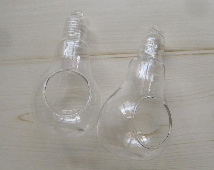 100均でみつけた電球型のベース。吊るしても、置いても飾ることができます。  季節ごとに、中に入れるパーツと吊るす紐やリボンを変えて装飾していきます。