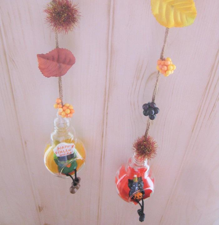 吊るす麻紐には、アーティフィシャルの秋色リーフや実をあしらいました。グルーで簡単に貼り付けられます。