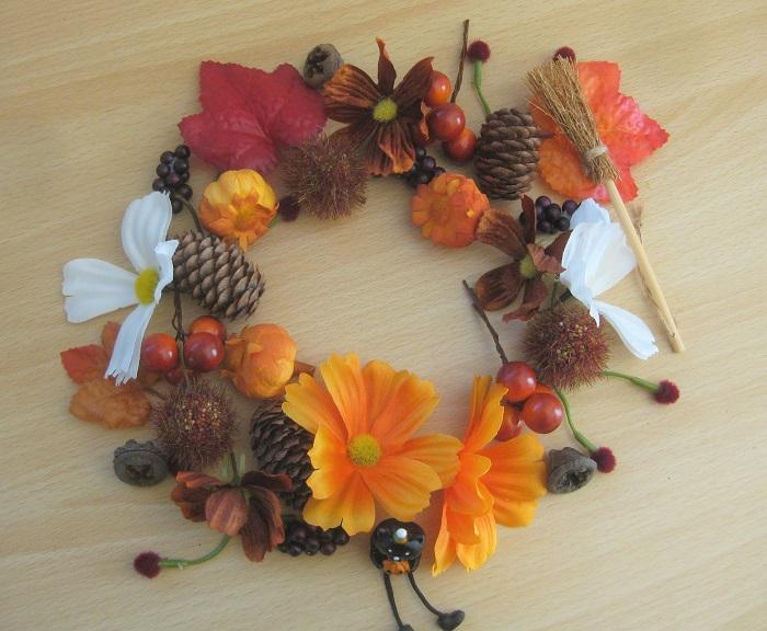 花や葉っぱ、実ものを茎から切り取り、他の材料パーツとともにリースのイメージに丸く並べてみます。