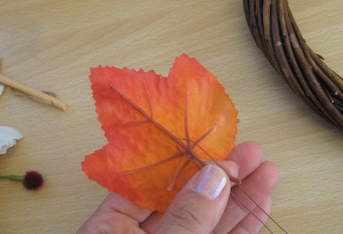 葉っぱにワイヤーをU字に通してワイヤリングします。ちょっぴり手間ですが、ワイヤリングしておくとリースに挿した時に葉っぱを好きな角度に曲げることができ、リースに動きが出ます。