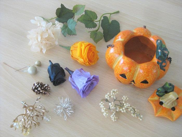 お菓子が入っていたカボチャの器、プリザーブドフラワーのバラ3色、プリザーブドのアジサイ1~2色、アーティフィシャル(造花)の実と葉っぱ、キラキラパーツを用意しました。