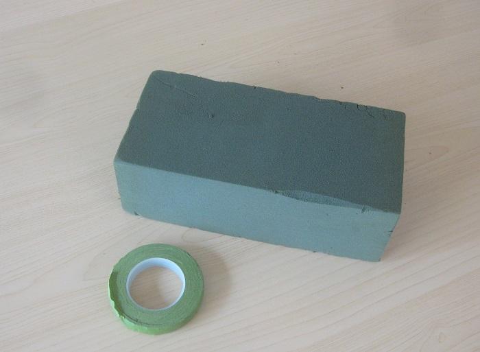 オアシス、フローラルテープ、ピンセット、ナイフ、ハサミ、ワイヤー、グルー、グルーガンも使います。