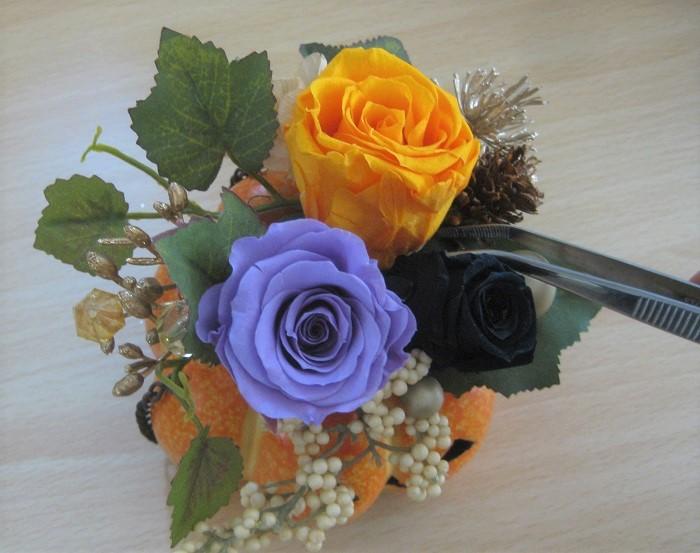 まず、後ろと左サイドに葉っぱを挿してから、メインのバラを挿し、実やキラキラパーツを配置します。ピンセットを使うと細かい部分が挿しやすいです。