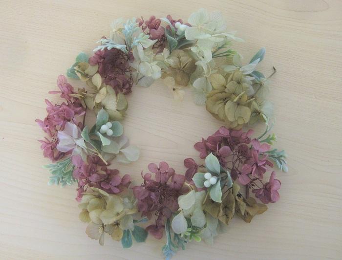 プリザーブドフラワーのあじさいを、グラデーションをイメージして3色用意します。小さく小分けにして繊細な雰囲気を出します。  一緒にアレンジするアーティフィシャルの葉っぱと実も合わせて用意します。