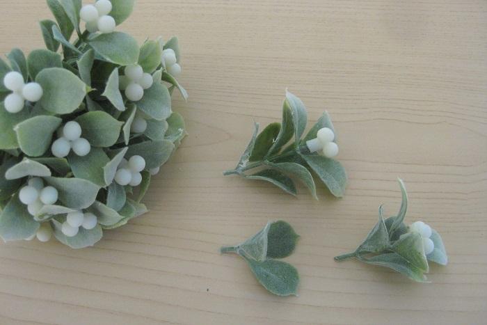 アーティフィシャルの実も、茎をカットして実の部分と葉っぱの部分に分けて使います。