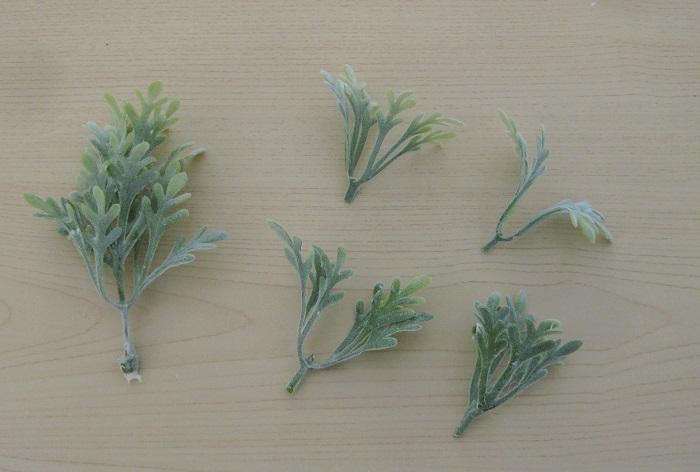 アーティフィシャルの葉っぱは、写真左側のような1本の茎を、右側のようにカットして小さく使うと繊細な雰囲気が出せます。