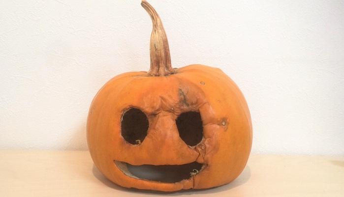 なんと邪悪な顔つきのかぼちゃランタンでしょうか・・・目の周りが徐々に腐ってきて、乾燥と並行してシワのようになってしまいました。