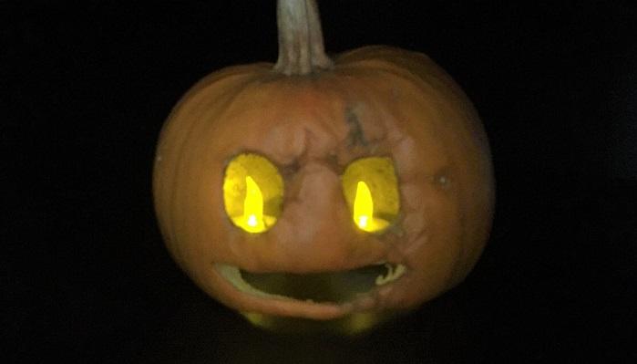 ちなみに、今回制作した邪悪なかぼちゃランタンにもキャンドルを入れてみました。キャンドルは2つ使うと目のように見えておすすめです。