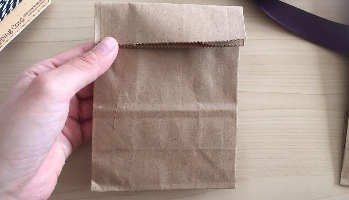 クラフトバックの口を折り、穴開けパンチで穴を開けます。