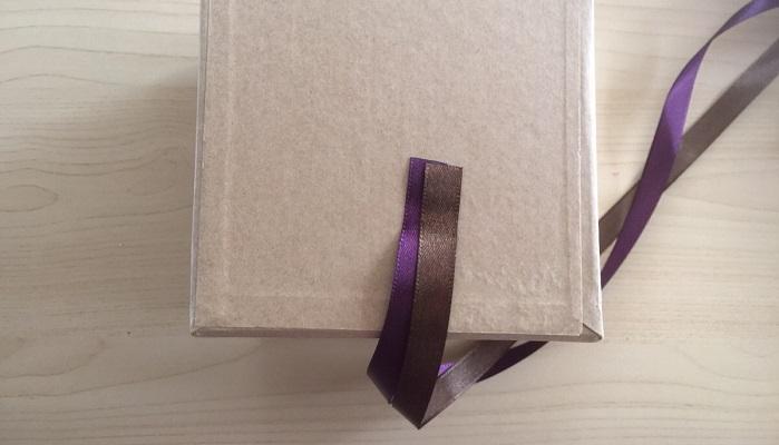 リボンの端を2本とも両面テープで止めます。