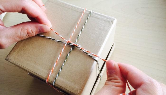 箱の底面側で十字になるように紐をわたして