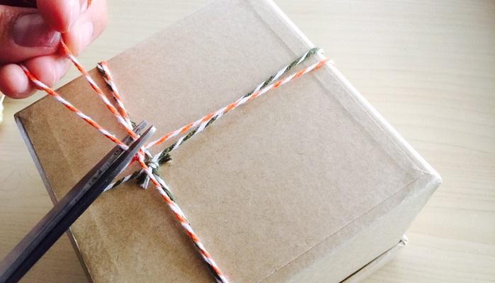 グリーンの紐と同じように箱の底面側でかた結びにして余分な紐をカットします。