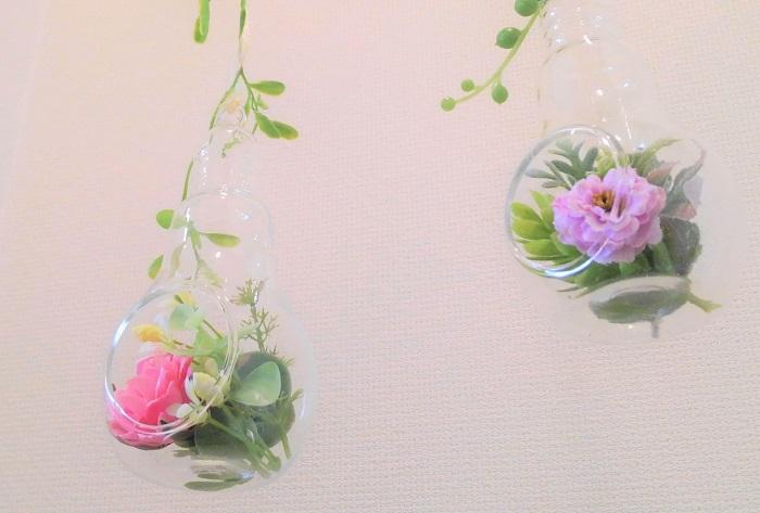 アーティフィシャルの花とグリーンを小さなパーツにしてベースに飾りました。
