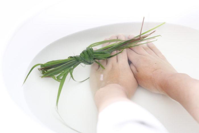 簡単に生のハーブをお風呂に浮かべても、香りを楽しむことができリラックス効果が期待できます。見た目にも綺麗なハーブですので、バスタイムが楽しみになりますね。  岩塩とお好きなドライハーブを混ぜ、お好みのエッセンシャルオイルや先ほどから度々登場しているハーブチンキを滴下して作るオリジナルの入浴剤も素敵ですね。