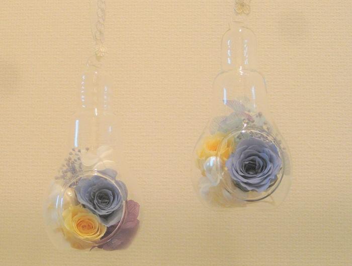 プリザーブドフラワーのバラ(ブルー、イエロー)と、アジサイ(パープル、ブルー、ホワイト)を飾りました。  パールも一粒ずつあしらいました。