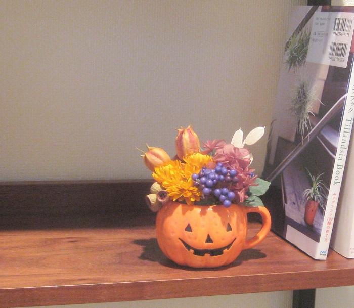 さっそく本棚に飾ってみました。じゃまにならないサイズ感がいい感じです。