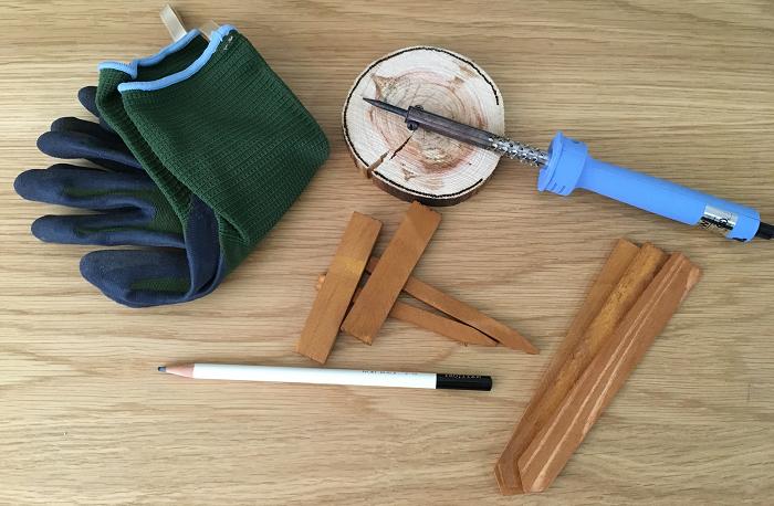 ・ハンダゴテ  ・木製小物・コルクなど  ・手袋など(火傷防止)  ・鉛筆(下書き用)  薄い木製小物は100均のハンダごてで十分作業可能ですが、分厚い木に字や模様を描くときはワット数が少し足りないようです。その際には、ホームセンターで販売している本格的なハンダごてを用意しましょう。