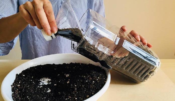 2. ペットボトルに鉢底石を1割程、残りは野菜用培養土を入れます。  鉢底石も野菜用の培養土も100均で購入することができます。