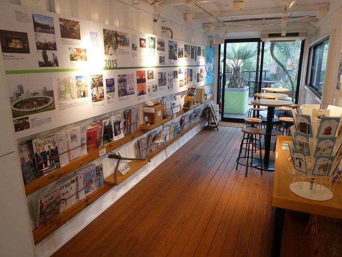 お披露目展示会と別のスペースでは、そら植物園の国内外のプロジェクト紹介や、イベント情報などを紹介していました(こちらは常時展示)。書籍、グッズ、ドリンクやお菓子の販売があります。