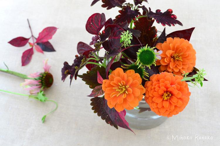 カラーリーフを花止めの役目にして、花をカラーリーフにひっかけるように入れていくと、少ない本数の花でも、花がくるくると動かず、生けたい場所に生けることができます。