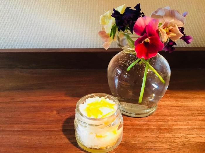 お客様が来る前のここぞというとき、爽やかな柚子の香りでお出迎えしましょう。  白いお塩に柚子の黄色が鮮やかなので、見た目にも爽やかなインテリアにもなりますね。
