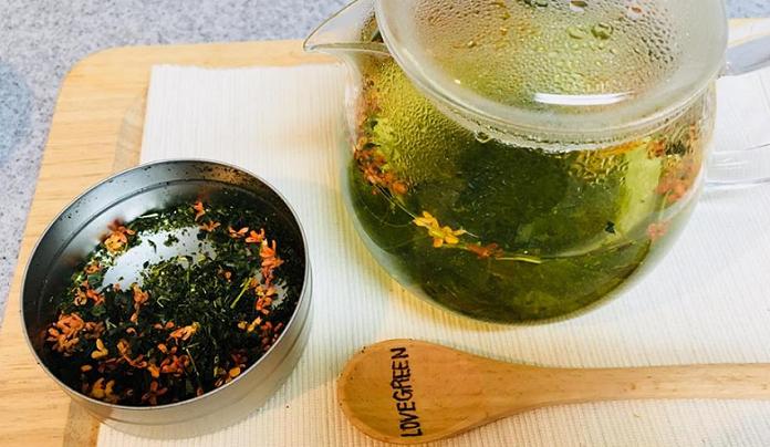 ポットで沸したお湯を注ぎます。  この時の湯温は、一緒に使用するお茶に適した温度のお湯を注ぎましょう。
