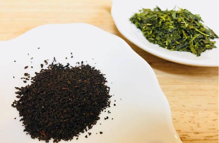 ご自宅にある緑茶、紅茶、ウーロン茶などをご用意ください。  今回は、どの家庭にもある緑茶を用意しました。  ブレンドする茶葉としておすすめなのは、ダージリンや台湾の凍頂烏龍茶など、発酵度の浅い方が癖がなく、純粋に金木犀(きんもくせい)の花の香りを楽しめると思います。