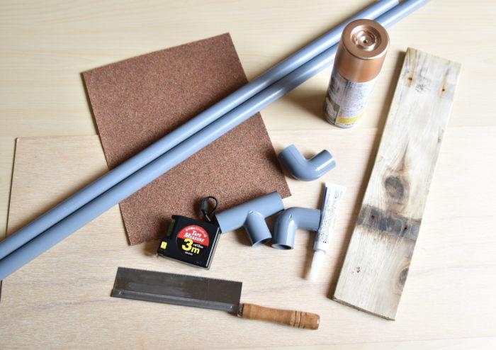 ・棒状の塩ビパイプ(1m×3本) ・L字型の接合用塩ビパイプ(9個) ・T字型の接合用塩ビパイプ(7個) ・瞬間接着剤 ・紙やすり ・塗料 ・ベニヤ板 ・好きな木材 ・ノコギリ ・ものさし(メジャー) ・新聞紙や段ボールなど  塩ビパイプと木材を接着させる工程があるため、木工用ボンドよりも瞬間接着剤の方がおすすめです。  塗料は塩ビパイプに使用できるものを購入してください。  好きな木材は何でも構いませんが、デコボコしているものは棚の上に物を乗せづらいので、平らな方がおすすめです。  今回は約2年間屋外で使用していた、すのこを使用しています。  海や川で流木などを拾ってくれば味のあるデスクラックが作れそうですね!