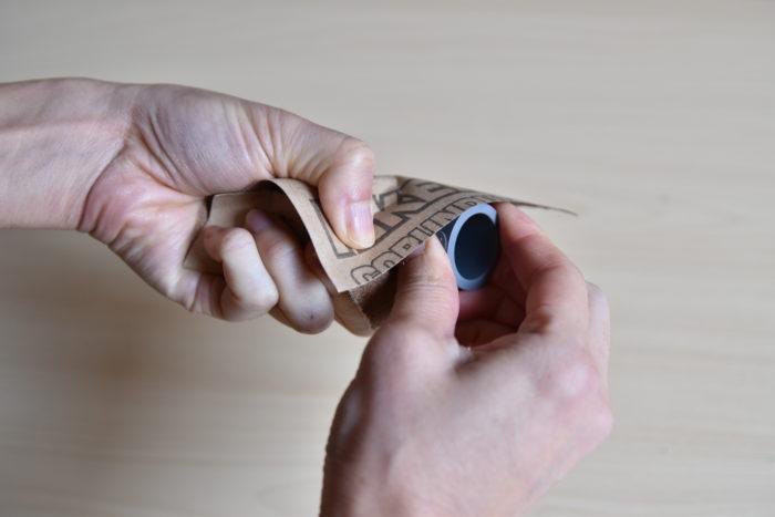 接合用塩ビパイプも同じようにやすりがけします。  やすりの番号は400~600番がおすすめです。傷をあまり出したくない場合は、800番がおすすめです。(やすりは番号が大きくなるにつれて目が細かくなります)  やすりがけをした後は削りカスをタオル等でふき取ってください。