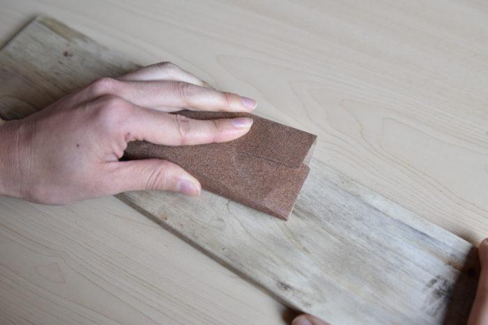 ベニヤ板に木を並べ終わったら、木の表面をやすりがけします。仕上げに1000番や2000番を使うとツルツルになります。