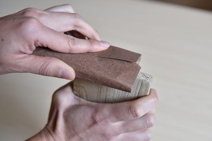 切り口も棘が刺さることがあるため、しっかりとやすりがけをしましょう。  ベニヤ板と木は瞬間接着剤でくっつけてください。