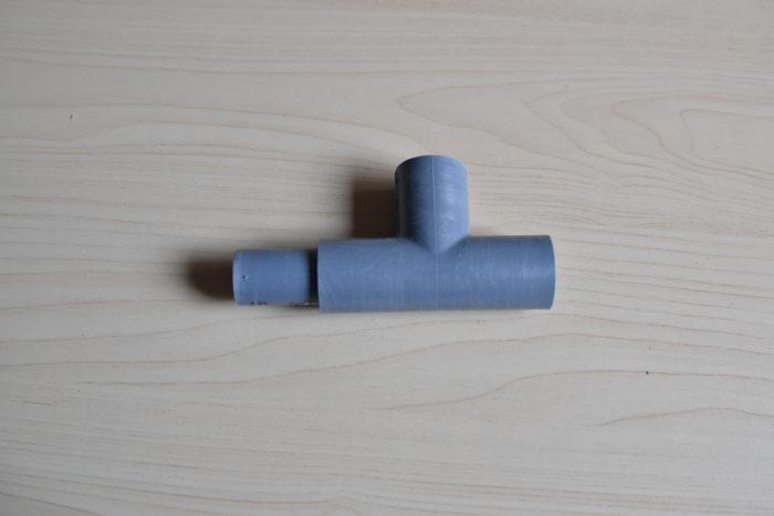 ② 5cmのパイプとT字の接合パーツを組み合わせたものを4つ作ります。
