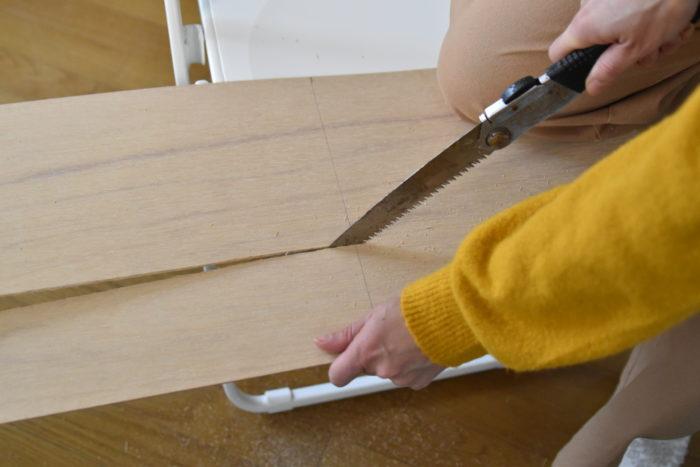 部品を乾かしている間に棚板を作っていきましょう。  まずはベニヤ板を20cm×60cmで切り出します。  切り口はやすりがけをしておくと良いでしょう。