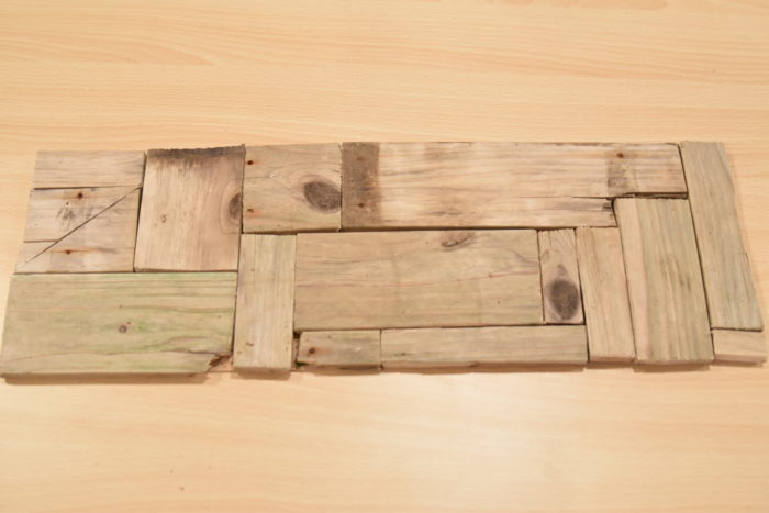 このようにベニヤ板の枠内に収まるように並べていきます。必要があれば、木をノコギリなどで切って、調整してください。