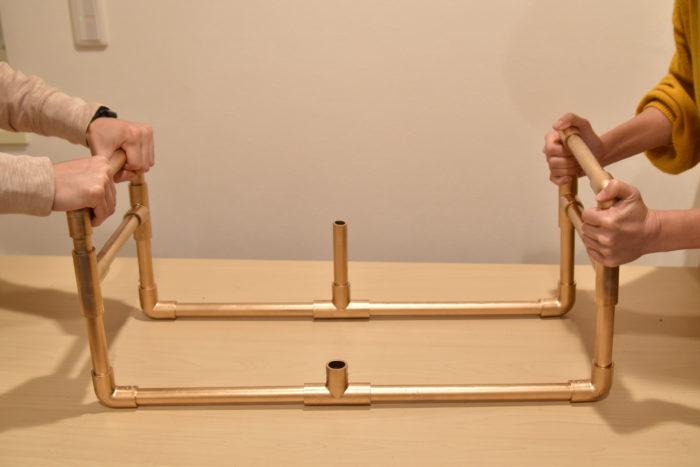 ⑩ ⑧のT字型の接合パーツに12cmのパイプを差し込み、両側から下に押したり揺らしたりして歪みを矯正します。