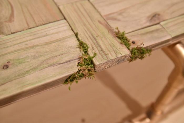 乾燥した苔などを木の溝に瞬間接着剤で貼り付けても可愛いですよ。
