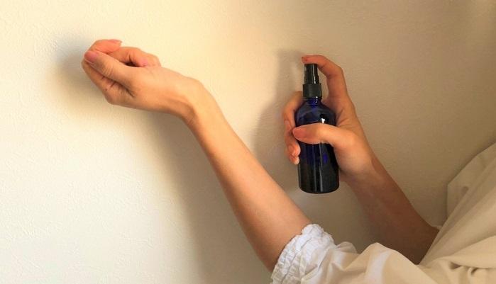 香水をつける時と同じように、体温の上がりやすい箇所、手首の内側や首筋などにシュッと吹きかけます。