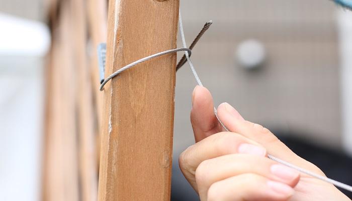 ワイヤーでベランダの手すりなどに固定しておきます。