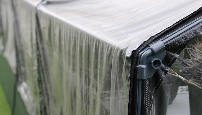 温室・ハウスなどは雨風が吹き込まないように、入り口をしっかり閉めておきます。