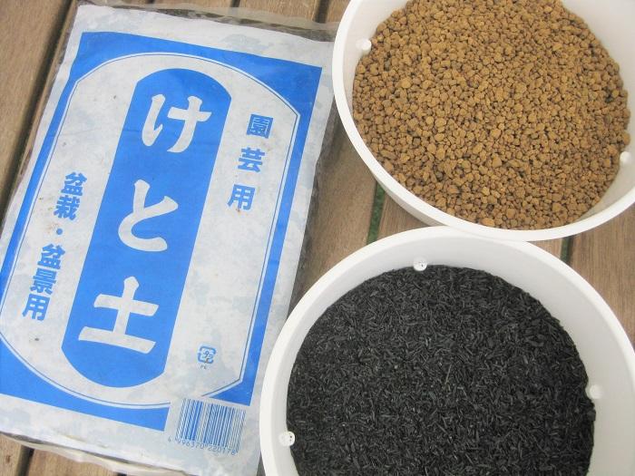 けと土、赤玉土小粒、もみ殻くん炭(比率は1:1:1です。)  けと土:水辺に生息する植物が枯れて水底にたまったものが長年かけて粘土状に変化した土。栄養分が豊富で保水性に優れています。  赤玉土小粒:関東ローム層の赤土の小粒。保水性・排水性に優れていて無菌・無肥料です。   もみ殻くん炭:もみ殻をむし焼きにしたもの。通気性・排水性・雑菌抑制に優れています。