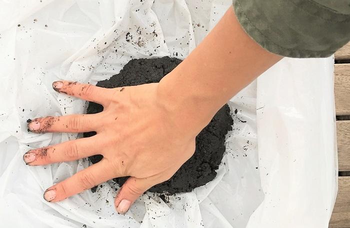 先ほど混ぜて丸くまとめておいた土を、手のひらで平べったくします。