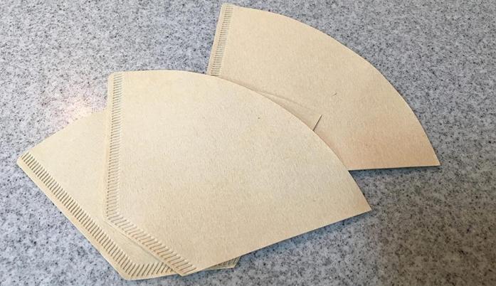 加湿器がなくても、コーヒーフィルターを使ってエコな加湿器を作ることができます。  今回は、無漂白の3~4杯用のコーヒーフィルターを用意しました。  気化式加湿器といって、洗濯ものが乾くように、ペーパーから蒸発する水分を使った加湿器を作ります。  販売されているエコ加湿器は、不織布が使われていることが多いです。  このコーヒーフィルターは紙製ですが、しっかりした厚みがあるため、折り方によってはヘタることなく使用することができます。
