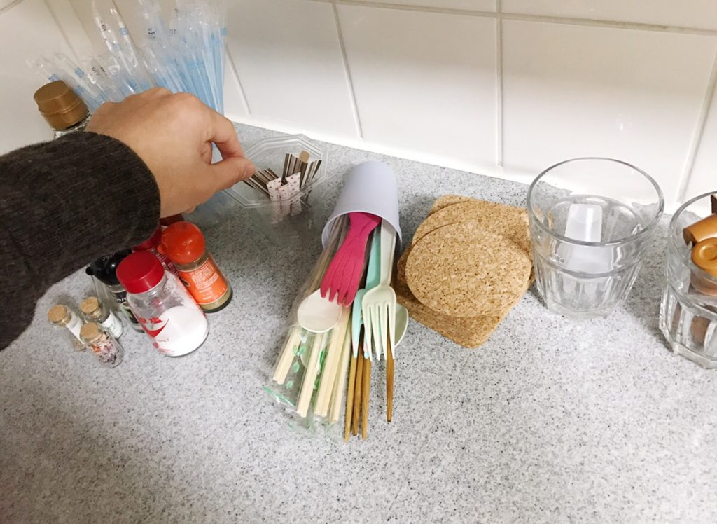 また何かを取ろうとすると、パタンと倒してしまい片づける手間が増えてしまうことも…。  そんなときはコスパのいい100均アイテムで簡単にキッチンの小物入れをDIYしましょう!