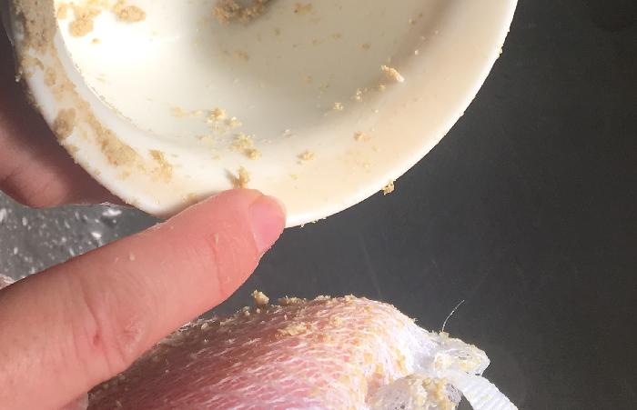 そこに、水分を含ませたスポンジに米ぬかをのせ、茶渋がついているコップをこすると…