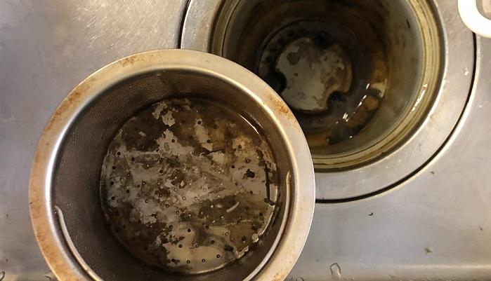 排水溝のヌメヌメした汚れ。油汚れなどの酸性の汚れを養分に雑菌が繁殖してしまうことで、黒っぽいヌメヌメした排水溝特有の汚れになります。