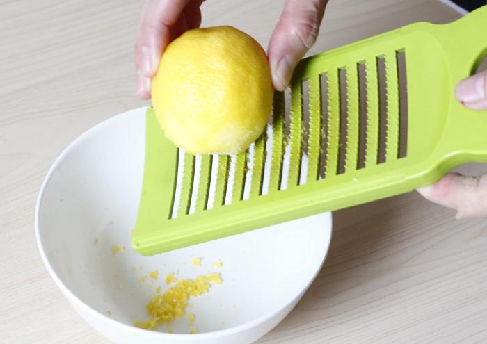 1.レモン1個の皮をおろし器でおろす。