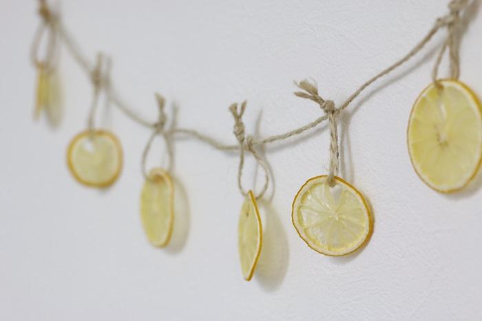 ドライレモンにヒモをつけて吊るせば、簡単にガーランドの出来上がり。木製の小さな洗濯ばさみでもいいかもしれませんね。