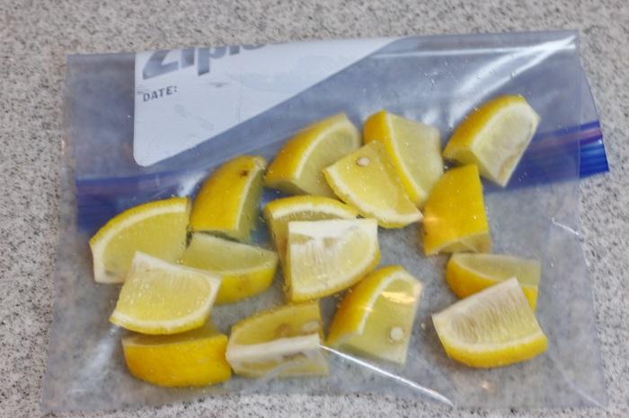 くし切りにしたレモンを重ならないようにならべ、冷凍します。冷凍レモンはサイダーをかけるだけで、さわやかなドリンクになりますよ。
