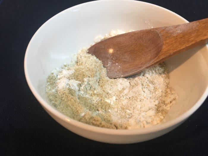 米ぬか3に対して、小麦粉1の割合でしっかりと混ぜ合わせます。