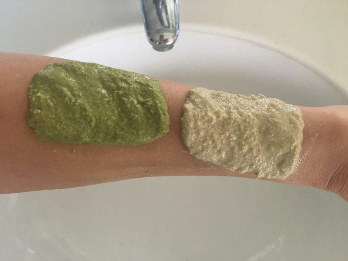 清潔な肌に、米ぬかパックを塗り5分ほど待ちます。ちなみに、緑色の米ぬかパックは緑茶の粉末を混ぜたものです。
